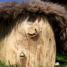 tabouret bois et peau de mouton